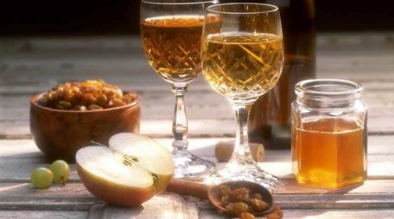 """Medovukha drinks with apple and dryfruits"">"