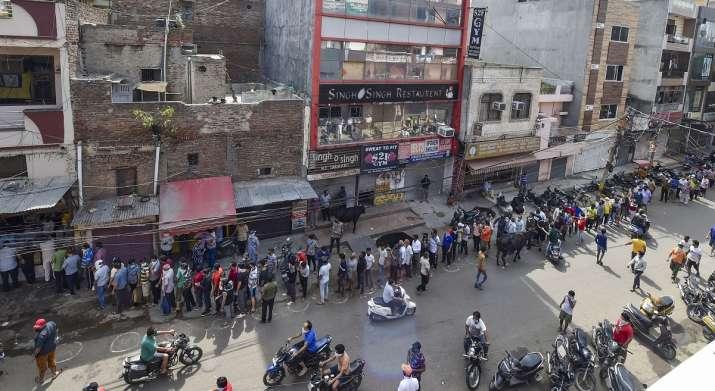 Customers rush to liquor shops, create 1km long queue 1
