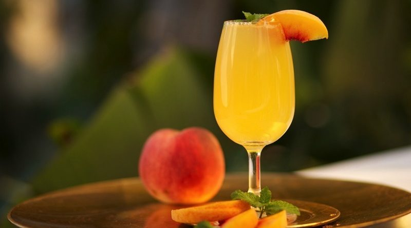 Enjoy this bellini cocktail this summer! 1